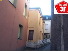 Au centre d'Athus bien immobilier qui se compose :Accès via la Ruelle de la Poste :Une maison avec séjour, cuisine équip&ea
