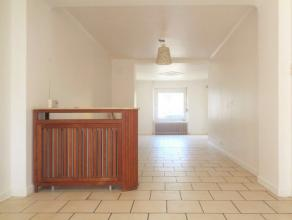 Belle maison type  Maison de ville  qui se compose d'un hall d'entrée, une spacieuse et lumineuse pièce à vivre avec double s&eac