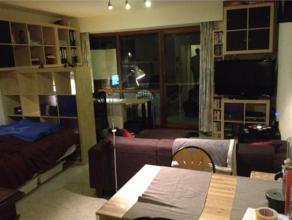 Schitterende studio op de tweede verdieping met een garagebox (nr. 5) in de ondergrondse garage. De studio omvat: inkomhal met toegang tot WC, berging