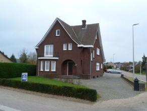 Ruime vrijstaande woning op een perceel van 06 are 08 ca. De woning omvat op de gelijkvloerse verdieping een inkomhal met vestiaire en trap naar de ee