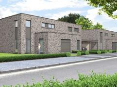 Prachtige moderne woning op een perceel van 3 are 50 ca met op het gelijkvloers een ruime inkomhal met apart bezoekerstoilet en een inpandige garage.