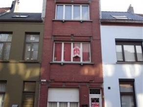 Dit opbrengstwoning bestaat uit een studio met koer van 40 m² op de gelijkvloers en boven 2 kleine appartementjes van 50 m². Uitstekend gele