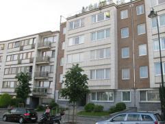 Bel appartement situé au 4ème étage, comprenant: hall d'entrée, living, cuisine complètement équipée,