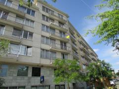 Bel appartement situé au 4ème étage dans le centre de  Strombeek, comprenant: hall avec vestiaire, débarras et wc, living/