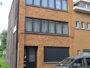 Appartement situé dans un petit immeuble au 1er étage, comprenant: hall d'entrée, living, cuisine semi équipée, 1 c