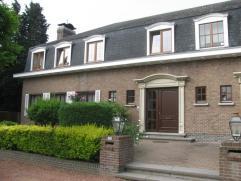 Mooie 3-gevel villa omvattende inkomhal, living, half ingerichte keuken, wasplaats, 4 slaapkamers en badkamer. kelder, garage voor 2 wagens, terras, k
