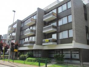 Bel appartement rafraîchie au 1er étage, à proximité des magasins et des transports en commun, comprenant : hall d'entr&eac