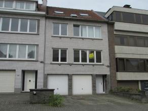 Bel appartement situé au 1er étage dans un petit immeuble, comprenant: hall d'entrée avec wc, living/parquet, cuisine super &eacu