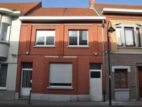 Eénsgezinswoning met 3 slaapkamers en tuin op 03 are 59 ca, gelegen in het volle centrum van Lebbeke. De woning heeft op de gelijkvloerse verdi