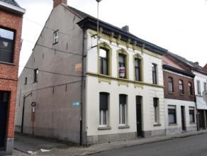 Statige herenwoning met 3 slaapkamers op 06 are 70 ca gelegen in het centrum van Lebbeke. De woning bestaat op de gelijkvloerse verdieping uit een ink