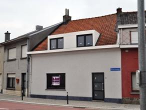Opgefriste woning met 3 slaapkamers en tuintje op 01 are 46 ca. De woning bestaat op de gelijkvloerse verdieping uit een inkomhal, een leef-en eetplaa