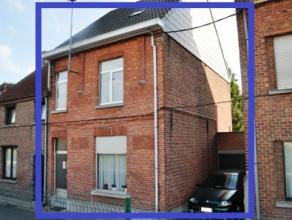 Deels gerenoveerde woning met 2 slaapkamers en garage op 01 are 12 ca. De woning bestaat op het gelijkvloers uit een inkomhal, een leef-en eetplaats e