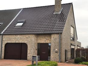 Instapklare Half-open woning (bj.2001) met 3 slaapkamers, bureel, veranda (bj.2006) en garage op 04 are 70 ca. De woning heeft op de gelijkvloerse ver
