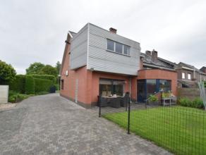 In een kindvriendelijke en rustige wijk gelegen instapklare Half-open woning met 5 slaapkamers, tuin, aangelegde oprit en dubbele garage met werkplaat