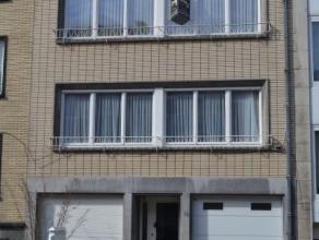 A proximité de l'avenue des Pagodes, au deuxième étage d'un petit immeuble, spacieux appartement en bon état de pré