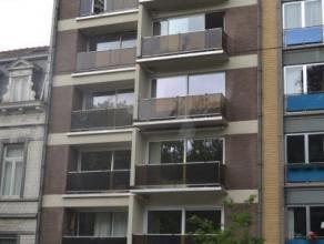 A proximité de l'Atomium et des commodités citadines, au 5ème étage d'un petit immeuble, venez découvrir ce charman