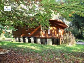 Un chalet sur un terrain de 2170 m². Comprenant : Living, cuisine équipée, salle de bain, 2 chambres, terrasse, abris de jardin.