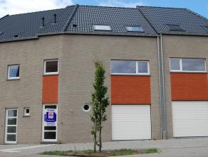 Energiezuinige, totaal afgewerkte nieuwbouwwoning met o.a. 3 slpks, zonnig terras en garage. Omvattende: Gelijkvloers: inkomhall (4,7mx 2,1m), wc (1,3