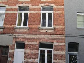 Gerenoveerde & instapklare rijwoning met 3 slaapkamers & koer Bestaande uit: Op de gelijkvloers: een inkomhall, een bureel, een eetplaats, een