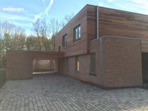 Prachtige luxe-villa in een parkdomein, te Lovendegem. Bestaande uit: Villa voorzien van alle nodige comfort, ruime leefruimte met open keuken met zic