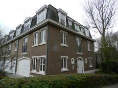 A proximité du Bois de la Cambre, dans un environnement calme et verdoyant. Splendide maison de +/- 288m² avec garage et jardin comprenant