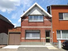 VOLLEDIG te renoveren woning met 2 slaapkamers, ruime garage, atelier en prachtige tuin op een zeer goede locatie! GV: Inkomhal, keuken, gezellige woo