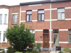 Te renoveren woning met 2SK, dressing en veel lichtinval in een rustige straat! Gelijkvloers: ruime woonkamer (ca. 28m²) met eetruimte (ca. 18m&s
