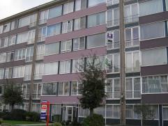 Instapklaar en ruim appartement (90m2) met twee slaapkamers op de derde verdieping. Eenvoudige keuken, twee ruime slaapkamers (17m2/10m2), badkamer me