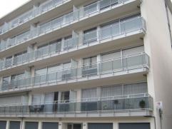 Het betreft hier een volledig gerenoveerd appartement op de vierde verdieping ( met lift ). We betreden het appartement via de veiligheidsdeur, een ru