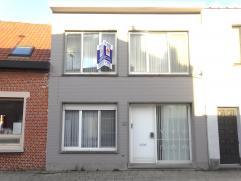 Ruime woning met 3 slaapkamers, kleine tuin, heel veel lichtinval en op een zeer goede locatie in het centrum van Wommelgem! GV: grote inkomhal met ap