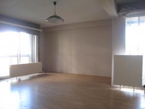 Te renoveren ruim appartement (85m²) op 1ste verdieping. 2 slaapkamers, terras, aparte berging/dressing, individuele centrale verwarming op gas,