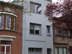 KLEIN BESCHRIJF MOGELIJK - Aangenaam 2-slpk appartement (75 m2) met ruime leefkamer en open keuken. Dit lichtrijk appartement ligt op de 2e verdieping