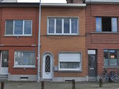 Volledig te renoveren rijwoning met twee slaapkamers en kleine stadstuin op het marktplein van Kessel-Lo. Indeling: inkomhal met voorplaats, traphal,