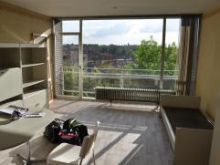 Studio gelegen op de 5de verdieping langs de achterkant van het gebouw. Indeling: inkomhal, badkamer met ligbad, toilet en lavabo, leefruimte met kitc