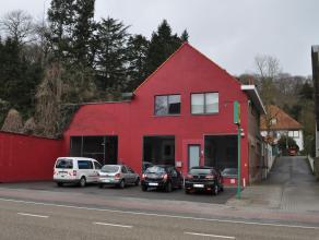 Groot magazijn/atelier met bovenliggende woonst - gerenoveerd appartement. Magazijn / atelier: groot magazijn met vitrine, bureel, kitchenette en WC.