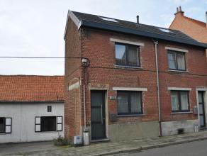 Volledig gerenoveerde arbeiderswoning met één slaapkamer, vlakbij het Provinciaal Domein. Indeling: op het gelijkvloers hebben we een le