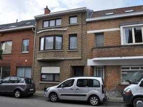 Ruime rijwoning te koop in Kessel- Lo Gelijkvloers: Inkomhal, leefruimte met parketvloer, eetkamer, volledig geïnstalleerde keuken, WC, bergruimt