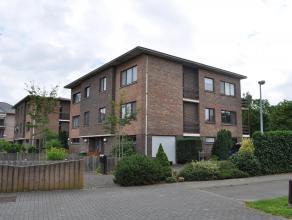 Rustig gelegen appartement met privatieve inkom, tuin en garage. Gelijkvloers: inkomhal, bureau, garage, tuin en autostaanplaatsen. 1e verdieping: tra