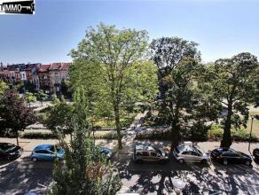 Sur la Place des Chasseurs Ardennais, appartement 1 chambre de 60 m². Composé d'une chambre avant de 20 m², un séjour de 11 m&
