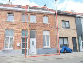 Goed gelegen woning met terras/koer. De mogelijkheid tot klein beschrijf, de 3 ruime slaapkamers (4 mogelijk), de vernieuwde ramen en de centrale ligg