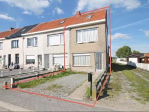 Goed gelegen halfopen bebouwing met grote tuin en autostaanplaats te Sint-Niklaas. De ligging nabij winkels/scholen/openbaar vervoer/E17/N70/E34, het