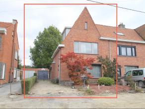 Gunstig gelegen HOB met tuin, garage en 5 slaapkamers. Indeling: GLV: inkomhal, leefruimte(38m²), keuken(8m²), berging(6m²) met apart t