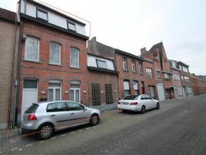 Centraal gelegen woning met 6 slaapkamers, achteruitweg en tuin te Temse. Indeling: Glv: inkomhal met trap en apart toilet. Grote leefruimte(43m²
