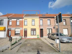Gunstig gelegen instapklare woning met staanplaats. Indeling: GLV: inkomhal, ruime leefruimte(25m²), ruime keuken(16 m²) met toegang tot de