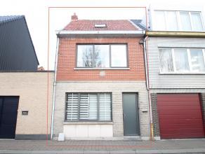 Gunstig gelegen gerenoveerde woning met 3 slaapkamers en gezellige koer/stadstuin te Sint-Niklaas. Indeling: GLV: inkomhal, ruime leefruimte (34m&sup2