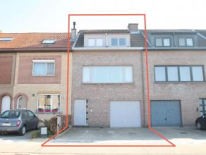 Goed gelegen ruime woning met garage, tuin en 3 slaapkamers te Sint-Niklaas. Indeling: GLV: inkomhal, wc, garage(20m²), berging(24m²), terra