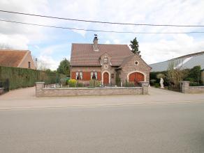 Rustig gelegen villa met ruime garage en zonnige tuin op een groot perceel van 900m². Indeling: GLV: inkomhal, apart wc, grote lichte leefruimte(