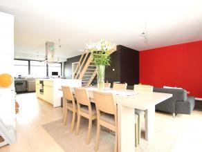 Uitstekend gelegen, luxueus en uiterst energiezuinig duplexappartement met 3 slaapkamers. Ind: GLV: Inkomhal(6m²) met trap naar verdieping.1V: In