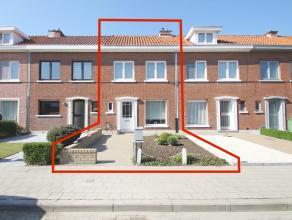 Instapklare woning met zonnige tuin op een perceel van 192m² te Sint-Niklaas. Indeling: GLV: inkomhal, wc, lichtrijke leefruimte(22m²), ruim