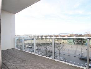 Uitstekend gelegen, recent (2007) groot appartement met 3 slaapkamers, 2 terrassen en zicht op het stationsplein. Indeling: 3V: hal met ingemaakte ves